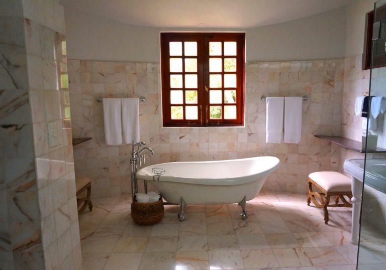 How to create a spacious bathroom